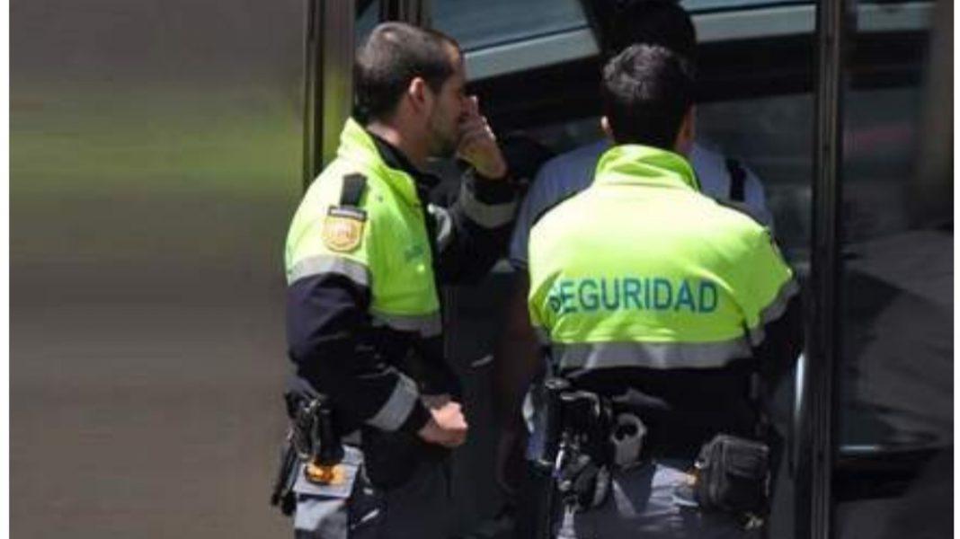 Detenido por agredir a un vigilante de seguridad.