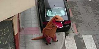 hombre disfrazado de Tiranosaurio rex