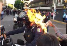 prenden fuego policía México