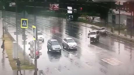 policia Rusia salva vida niño en accidente