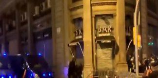 Policía UIP agredido lanzamiento señal de tráfico en Barcelona