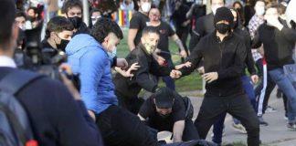 ultras pegando a un policia