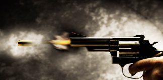 pistola revolver disparando 1